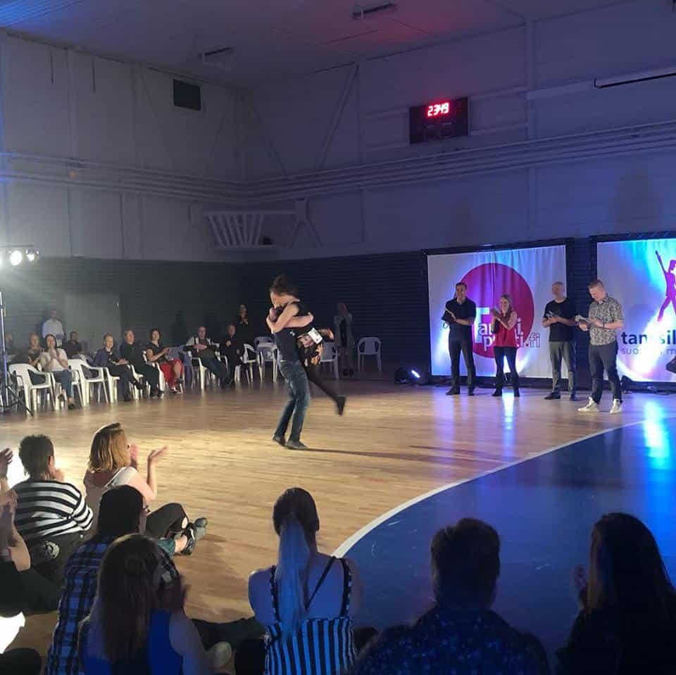 Jack & Jill tanssikilpailun voittajien halaustuuletus, Pääsiäsileiri 2019
