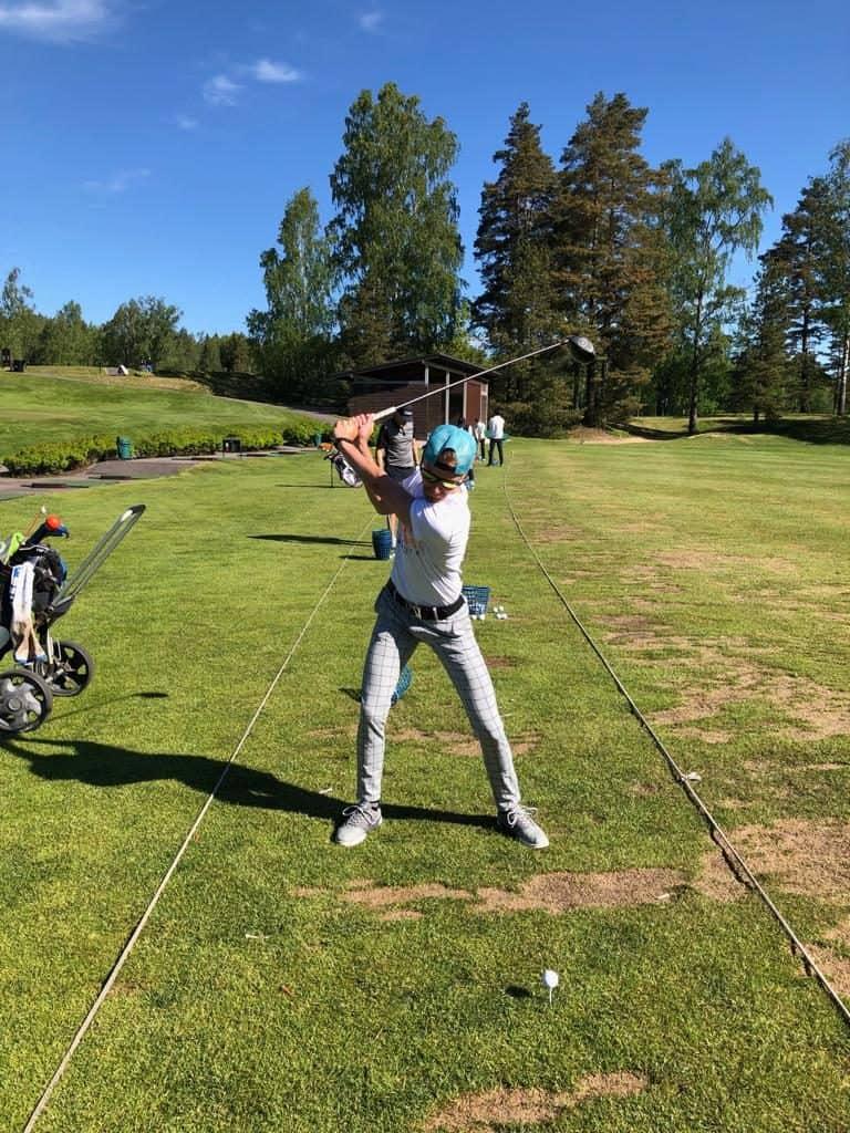 Jussi Kaksonen latautuu ja golffaa