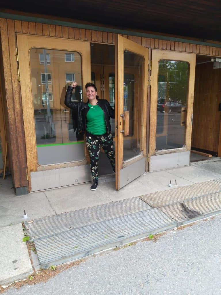 Kati Koivisto uusien toimitilojensa ovella