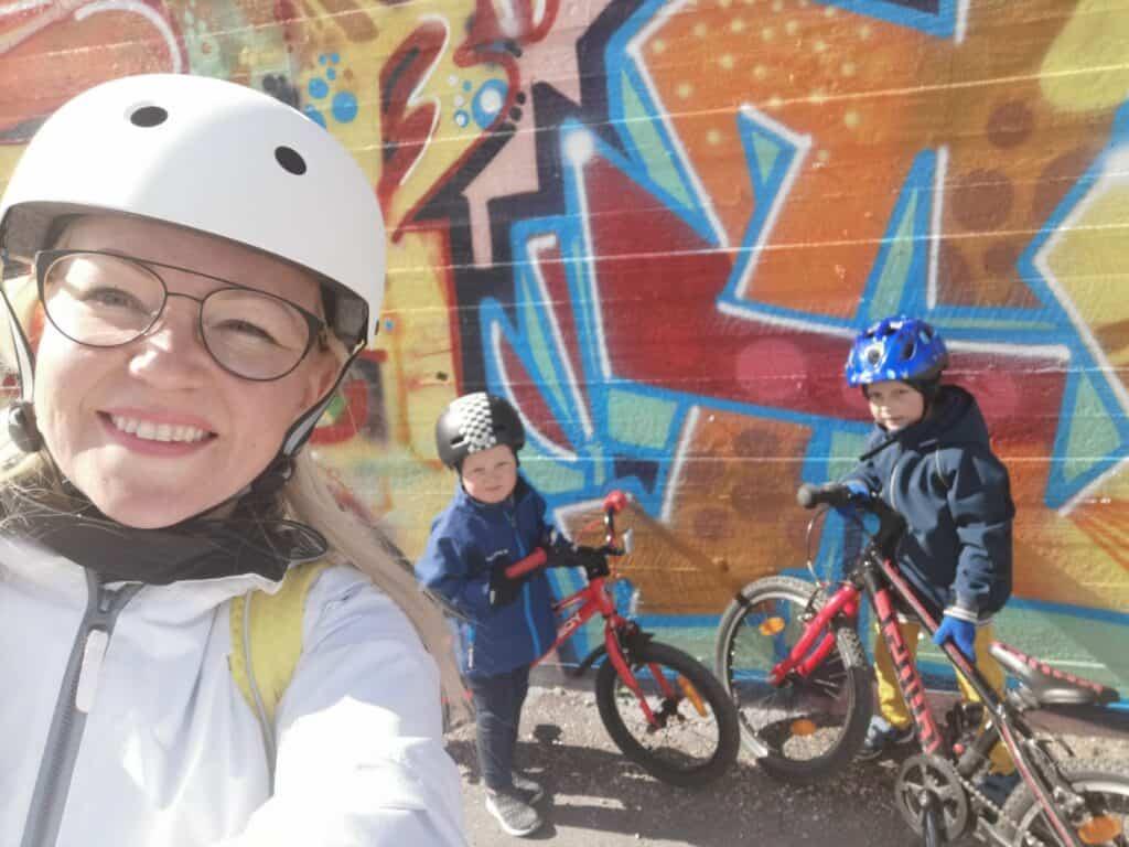 Bettina ja pojat pyöräilemässä