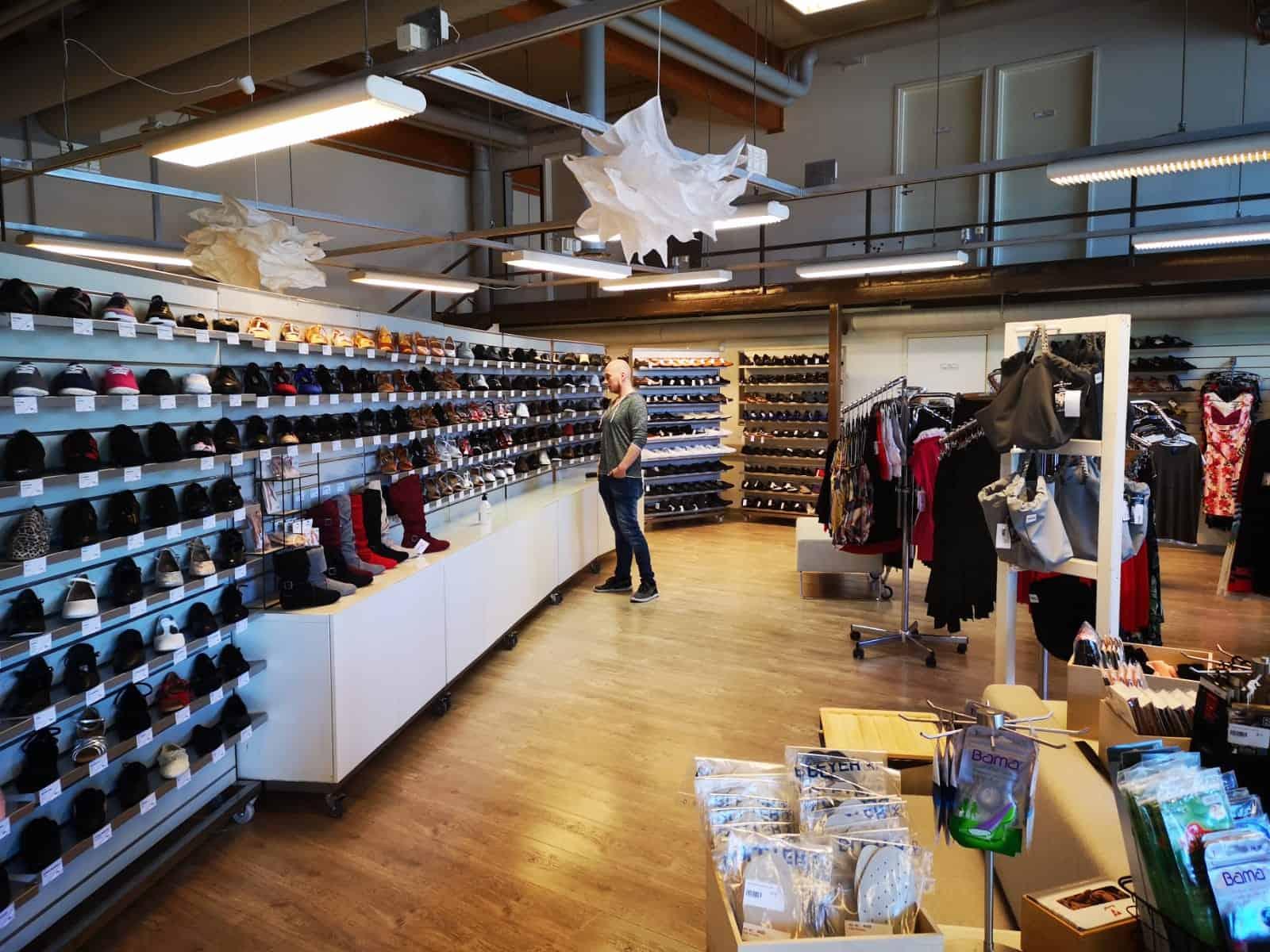 Antti Törmänen Turun Tanssipuoti -myymälässä ihailemassa PD casual tanssikenkiä