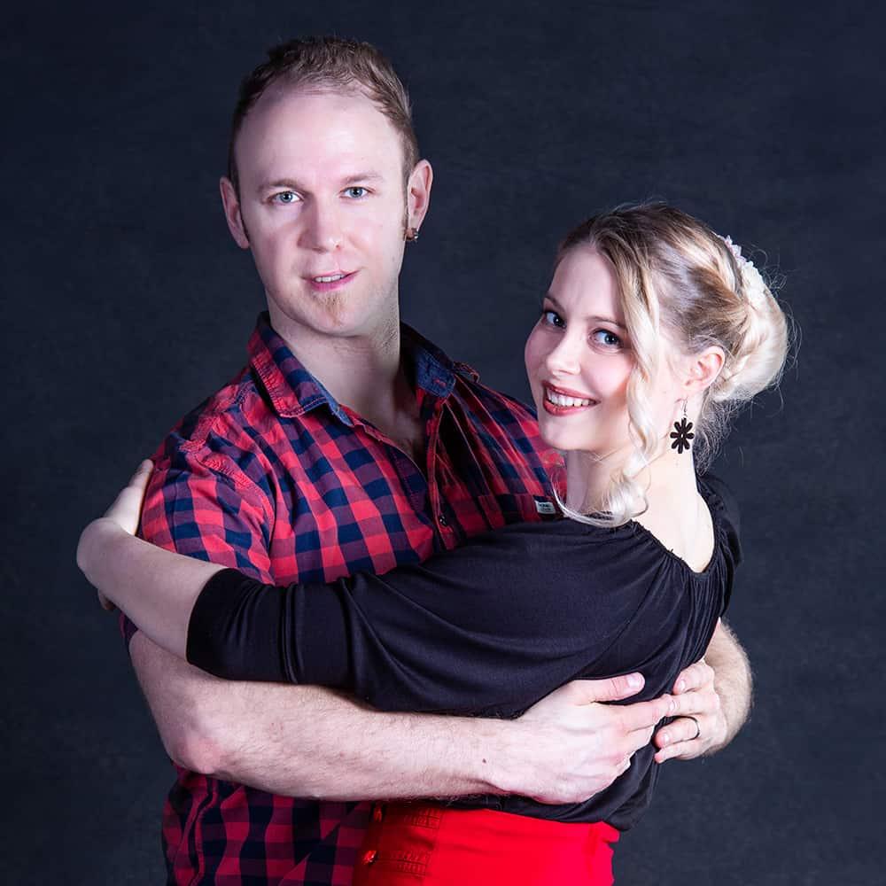 Rosa ja Hannu Mört tanssia opettava aviopari