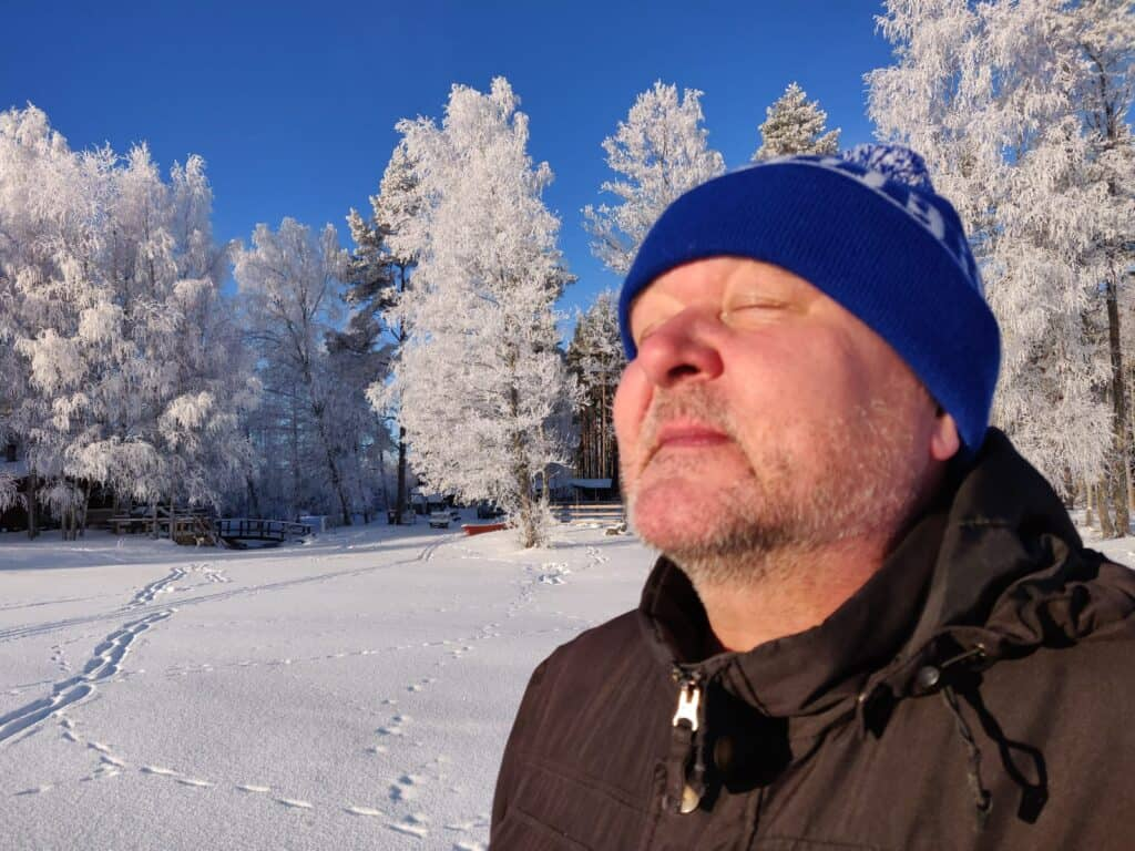 Jussi Lammela nauttii auringosta ja hiihdosta