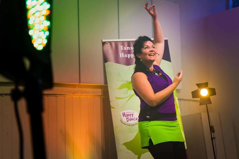 Kati Koivisto Tanssikoulu Happy Dancen ilopilleri opettaa livenä ja onlinessä